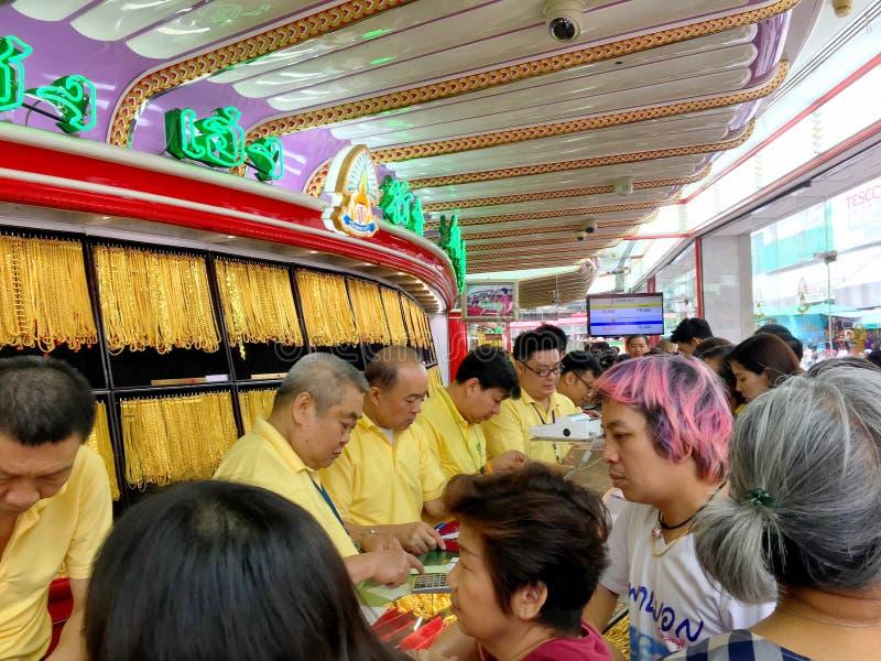 Πολλοί ταϊλανδικοί άνθρωποι περιμένουν στη σειρά για να αγοράσουν το χρυσό στη HUA Seng Heng που στοκ φωτογραφία με δικαίωμα ελεύθερης χρήσης