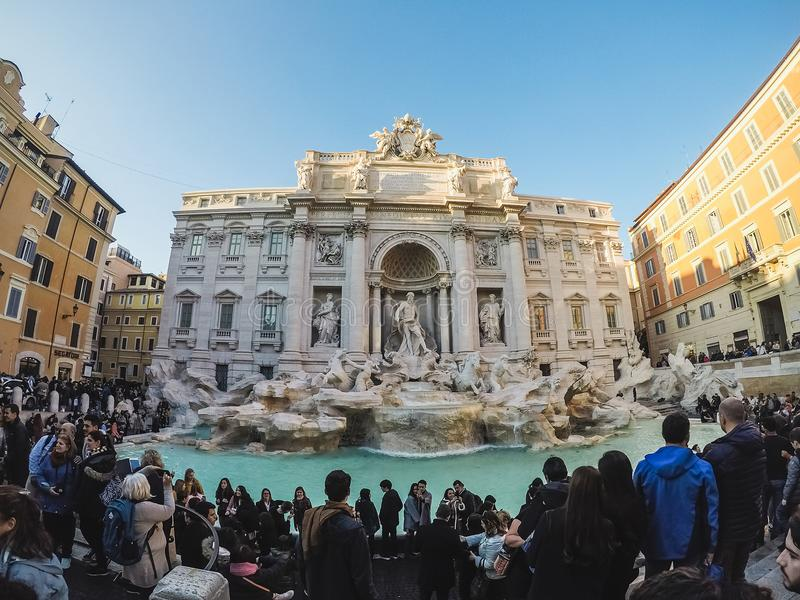 Πολλοί τουρίστες γύρω από τη Fontana Di TREVI πηγή στην πλατεία στοκ εικόνες