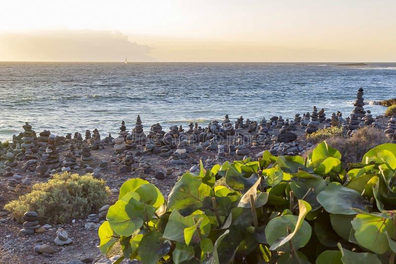 Πολλοί τύμβοι κατά μήκος της ακτής κοντά στο Λα Caleta, πλευρά Adeje Tenerife, Ισπανία στοκ φωτογραφίες με δικαίωμα ελεύθερης χρήσης