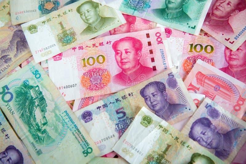 Πολλοί yuan χρήματα Κίνα εκατό yuan λογαριασμοί Σωρός των διάφορων νομισμάτων που απομονώνονται στο άσπρο υπόβαθρο Κινηματογράφησ στοκ εικόνα