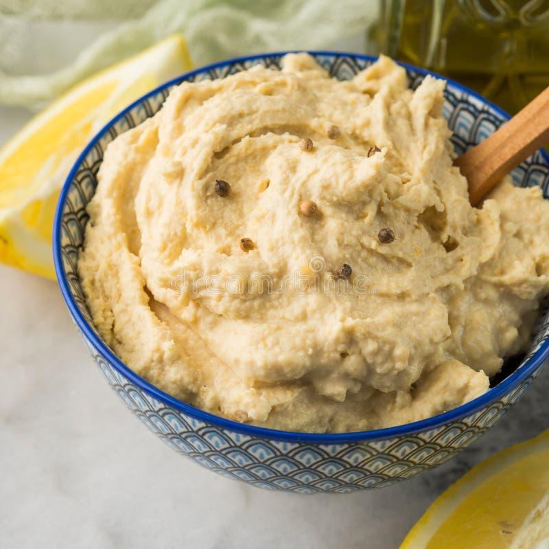 Πολτοποιηίδα chickpeas εμβύθιση Hummus στο κύπελλο στοκ φωτογραφία με δικαίωμα ελεύθερης χρήσης