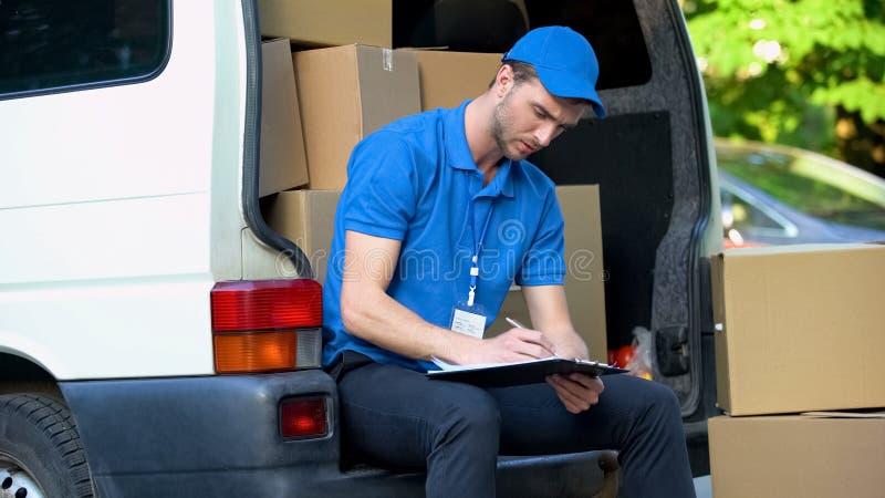 Πολυάσχολα μετρώντας δέματα εργατών παράδοσης, πίνακας ελέγχου απογραφής, μερικής απασχόλησης εργασία στοκ φωτογραφία με δικαίωμα ελεύθερης χρήσης