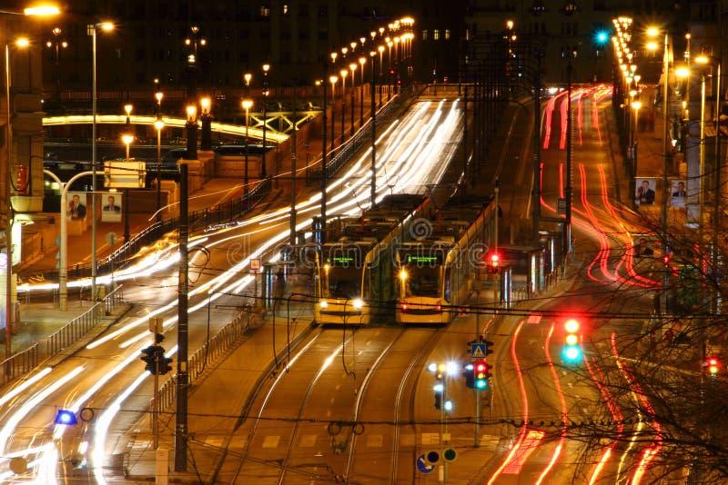 Πολυάσχολη μεγάλη άποψη έκθεσης λεωφόρων μακροχρόνια με τα τραμ Βουδαπέστη στοκ φωτογραφία