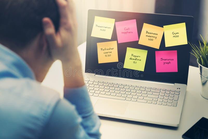 Πολυάσχολος επιχειρηματίας κάτω από την πίεση λόγω της υπερβολικής εργασίας στοκ φωτογραφία