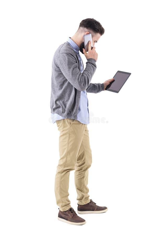 Πολυάσχολο πολλαπλό καθήκον επιχειρηματιών στον υπολογιστή ταμπλετών εκμετάλλευσης κινητών τηλεφώνων στοκ φωτογραφία με δικαίωμα ελεύθερης χρήσης