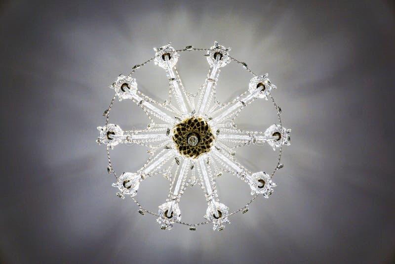 Πολυέλαιος κρυστάλλου στο ανώτατο όριο, άποψη κάθετα από το κατώτατο σημείο επάνω, σχέδιο, snowflake στοκ εικόνα με δικαίωμα ελεύθερης χρήσης