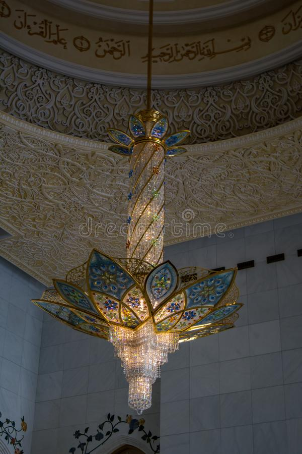 Πολυέλαιος στο μεγάλο μουσουλμανικό τέμενος στοκ φωτογραφία με δικαίωμα ελεύθερης χρήσης