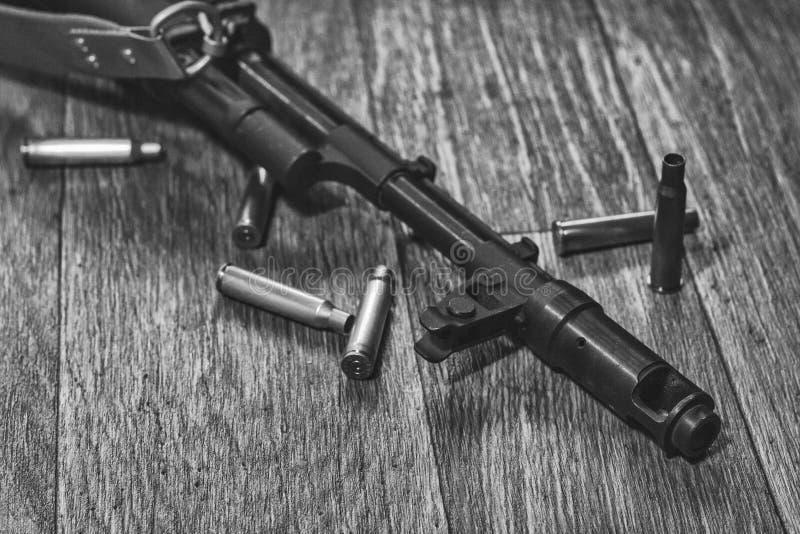 Πολυβόλο που βρίσκεται στο έδαφος με τα κοχύλια - ο Μαύρος και λευκό στοκ φωτογραφία με δικαίωμα ελεύθερης χρήσης
