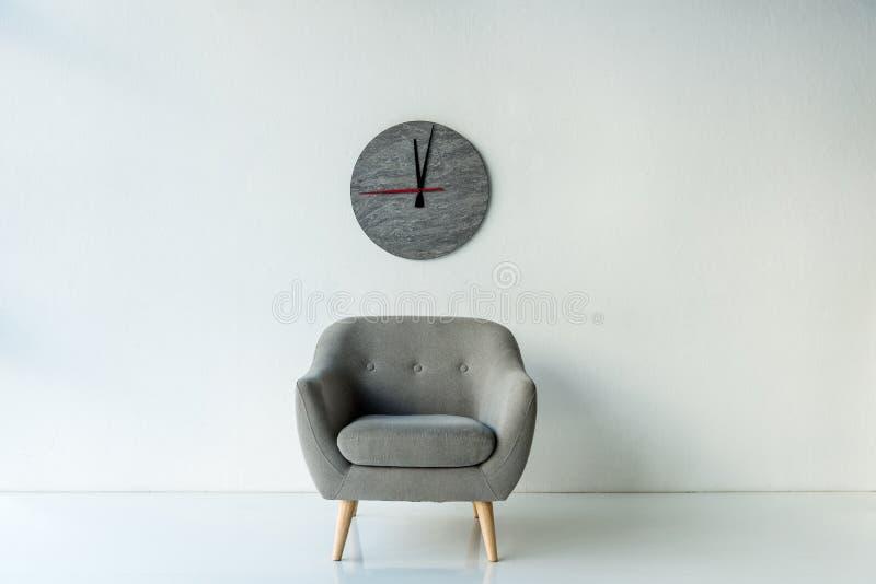Πολυθρόνα και ρολόι στοκ φωτογραφίες