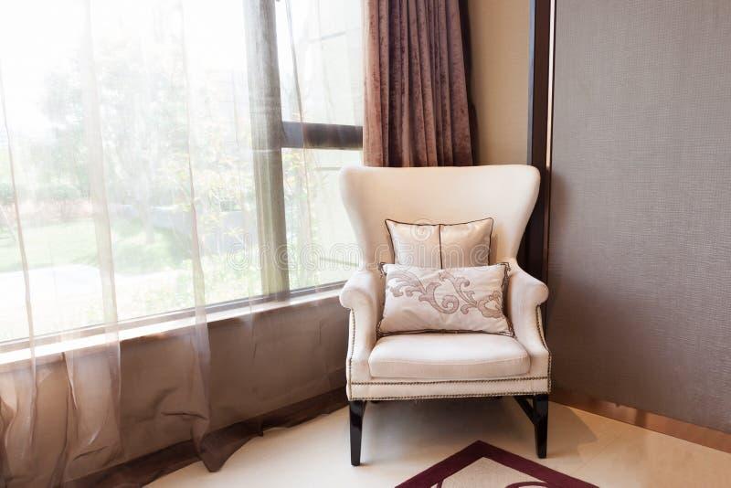 πολυθρόνα κοντά στο παράθυρο στοκ εικόνες