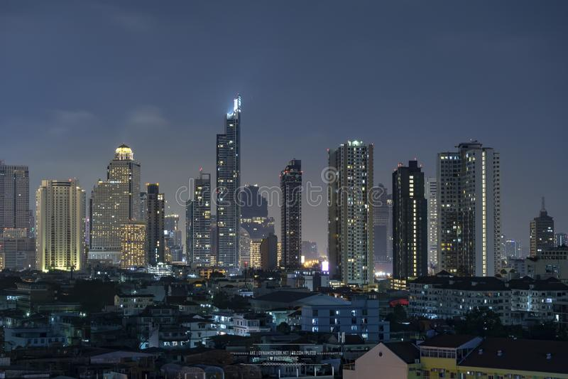 Πολυκατοικία στη πρωτεύουσα του φωτός νύχτας περιοχής γραφείων της Ταϊλάνδης Μπανγκόκ από το κτήριο στοκ εικόνες