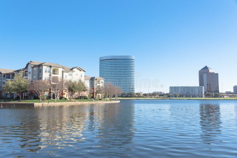 Πολυκατοικία όχθεων της λίμνης σύνθετη με το μπλε ουρανό στην Αμερική στοκ φωτογραφία με δικαίωμα ελεύθερης χρήσης