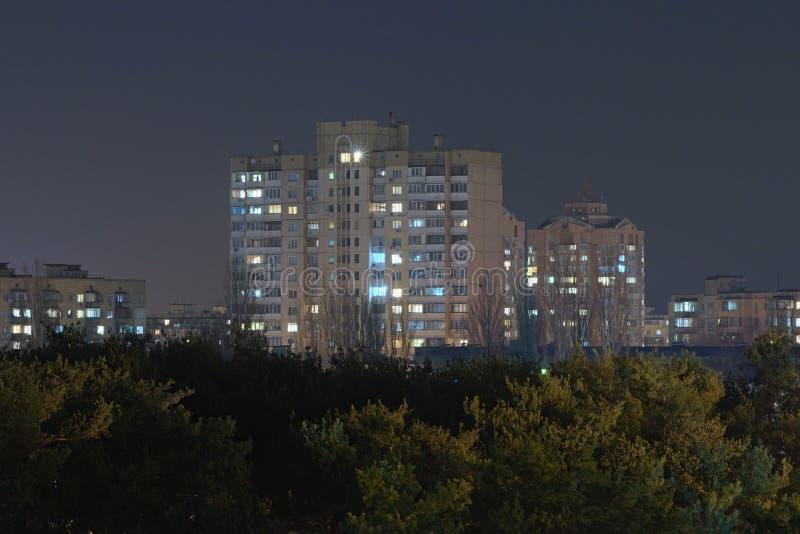 Πολυκατοικίες κοντά στη δασική περιοχή της πόλης Kyiv Ουκρανία κορυφαία όψη Φωτογραφία τοπίων βραδιού στοκ φωτογραφία