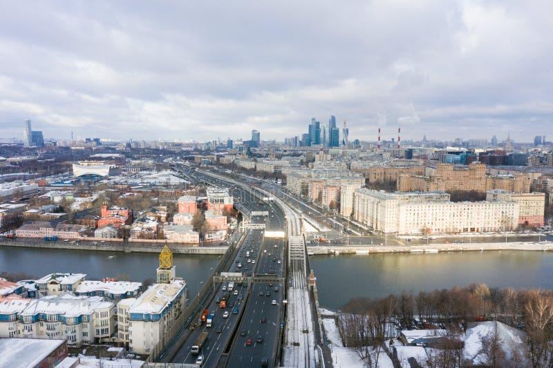 Πολυκατοικίες πανοράματος και μεταφορά της μητρόπολης, του αναχώματος Frunzenskaya και του τρίτου δαχτυλιδιού μεταφορών, αυτοκίνη στοκ φωτογραφία με δικαίωμα ελεύθερης χρήσης