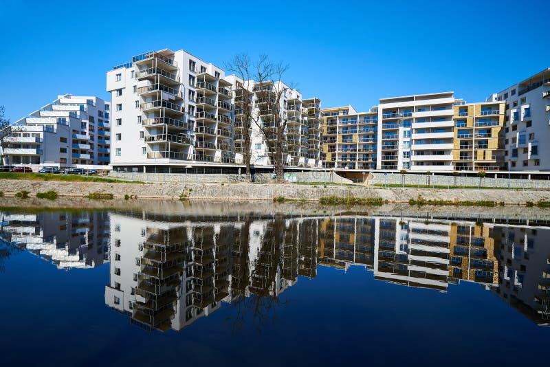 Πολυκατοικίες στην όχθη ποταμού στοκ εικόνα με δικαίωμα ελεύθερης χρήσης