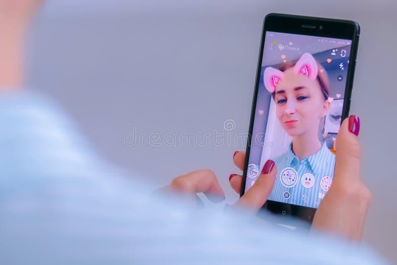 Πολυμέσα Snapchat messager με το τρισδιάστατο φίλτρο μασκών προσώπου στο smartphone στοκ εικόνες