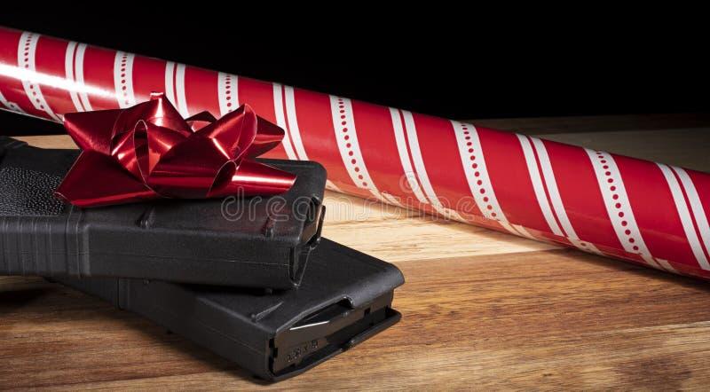 Πολυμερή περιοδικά και έγγραφο και τόξο Χριστουγέννων στοκ φωτογραφίες