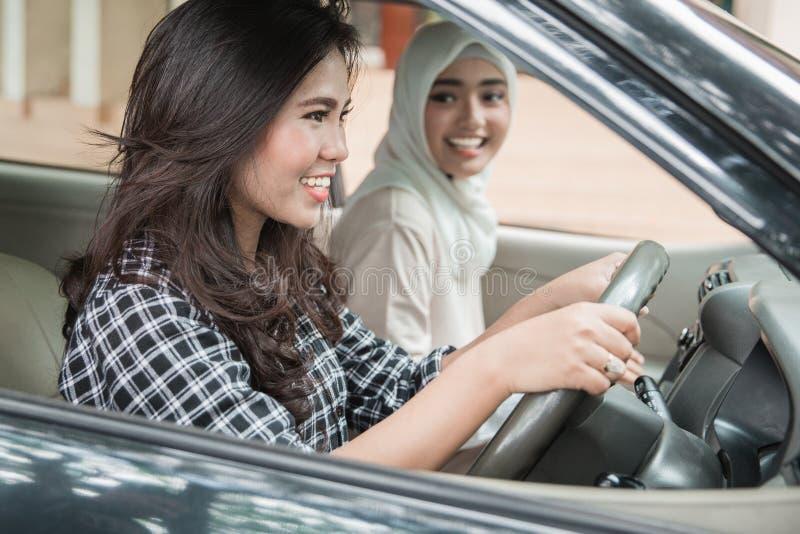 Πολυσύχναστο μέρος δύο νέο γυναικών στο ταξίδι αυτοκινήτων στοκ εικόνες με δικαίωμα ελεύθερης χρήσης