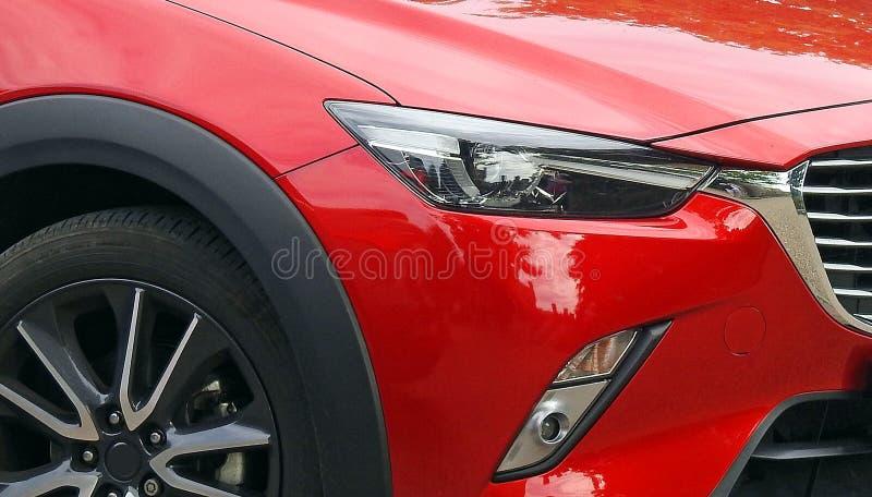 Πολυτέλειας σύγχρονες ρόδες προβολέων προβολέων φω'των επιτροπών αυτοκινήτων κόκκινες έξοχες στοκ φωτογραφία με δικαίωμα ελεύθερης χρήσης