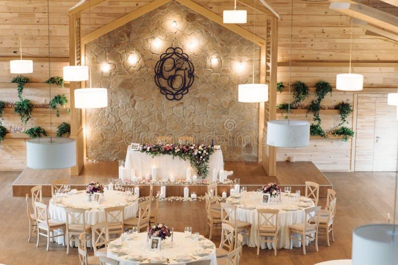 Πολυτέλεια, κομψή επιτραπέζια ρύθμιση δεξίωσης γάμου, floral κεντρικό τεμάχιο στοκ εικόνες