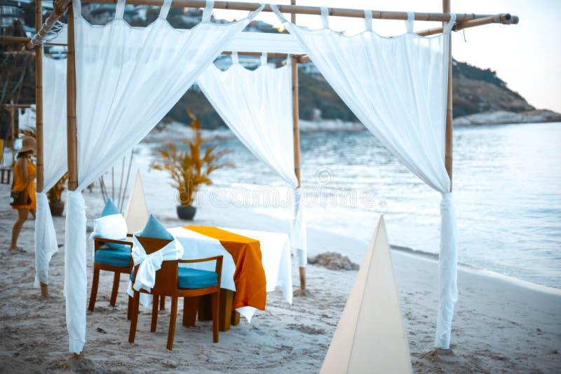 Πολυτελές κρεβάτι από τη θάλασσα, η παραλία για να χαλαρώσει στις διακοπές Koh Samui, Ταϊλάνδη στοκ εικόνες