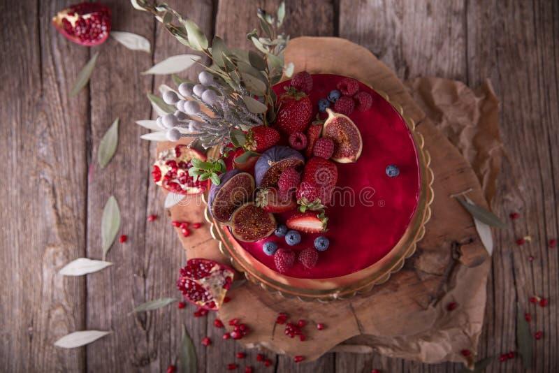 Πολυτελής γάμος ή κέικ βαλεντίνων ` s του ST burgundy και των κόκκινων σκιών που διακοσμούνται με τις juicy φράουλες στοκ φωτογραφία με δικαίωμα ελεύθερης χρήσης