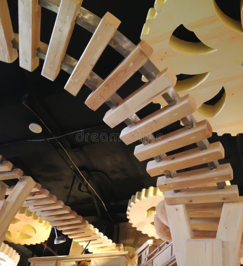 Πολυτελής σύγχρονη ξύλινη σιδηροδρομική γραμμή καμπυλών με το ξύλινο εργαλείο βαραίνω wh στοκ φωτογραφία με δικαίωμα ελεύθερης χρήσης