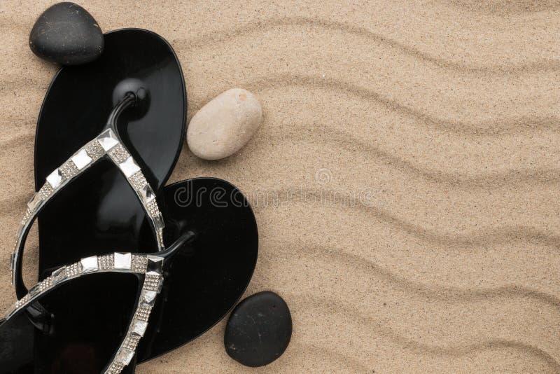 Πολυτελής των πτώσεων και των πετρών κτυπήματος στην παραλία άμμου στοκ φωτογραφίες με δικαίωμα ελεύθερης χρήσης