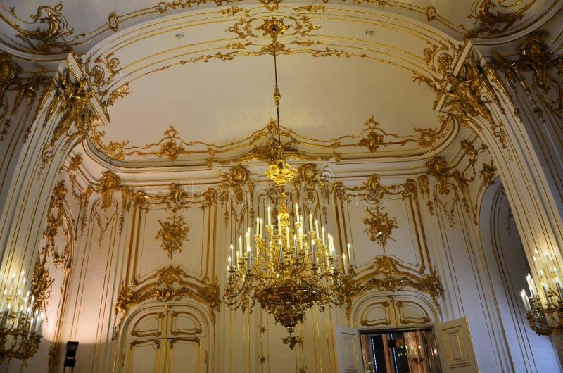 Πολυτελώς διακοσμημένο δωμάτιο στο παλάτι της Βιέννης στοκ φωτογραφίες