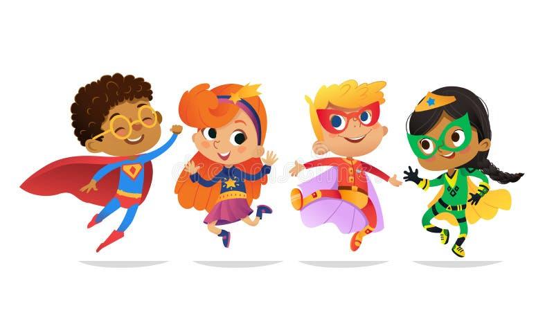 Πολυφυλετικά αγόρια και κορίτσια, που φορούν τα ζωηρόχρωμα κοστούμια των superheroes, ευτυχές άλμα Διανυσματικοί χαρακτήρες κινού διανυσματική απεικόνιση