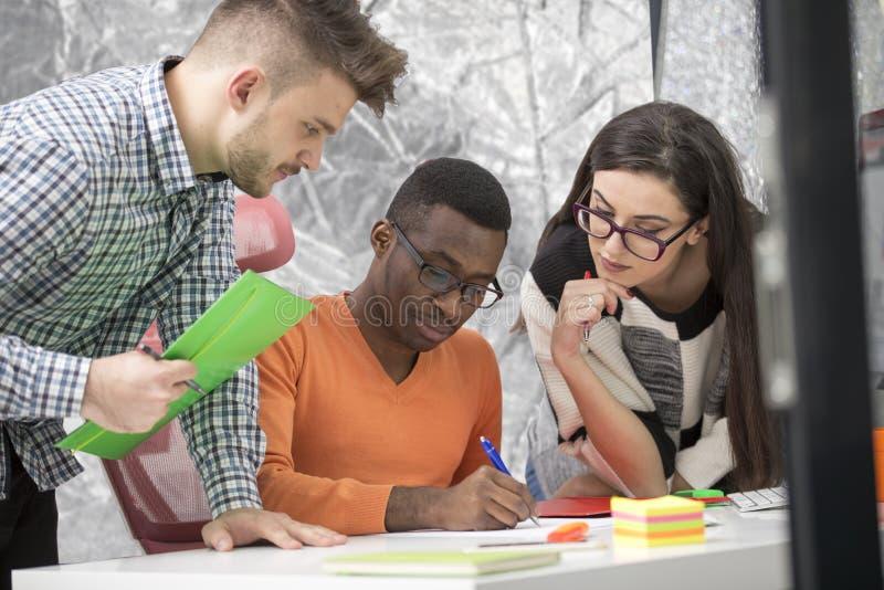 Πολυφυλετική σύγχρονη εργασία επιχειρηματιών που συνδέεται με τις τεχνολογικές συσκευές όπως την ταμπλέτα και το lap-top στοκ φωτογραφίες με δικαίωμα ελεύθερης χρήσης