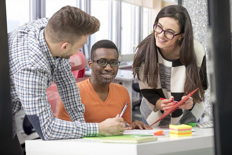 Πολυφυλετική σύγχρονη εργασία επιχειρηματιών που συνδέεται με τις τεχνολογικές συσκευές όπως την ταμπλέτα και το lap-top στοκ φωτογραφίες