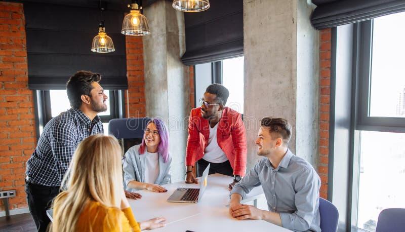 Πολυφυλετικοί άνθρωποι στην εταιρική έννοια συζήτησης συνεδρίασης της εργασίας στοκ φωτογραφία με δικαίωμα ελεύθερης χρήσης