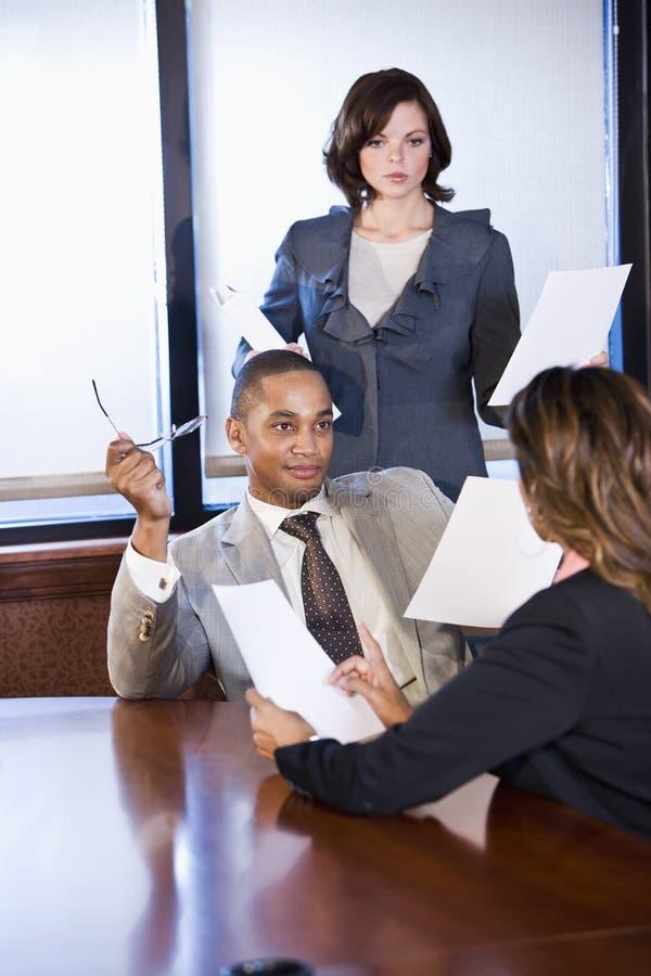 Πολυφυλετικό businesspeople που λειτουργεί στην έκθεση στοκ εικόνα