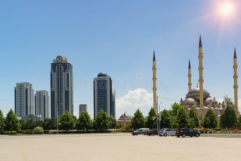 Πολυόροφο κτίριο πόλεων του Γκρόζνυ σύνθετο και καρδιά Akhmat Kadyrov του μουσουλμανικού τεμένους Τσετσενίας - δύο θέες της νέας  στοκ φωτογραφίες με δικαίωμα ελεύθερης χρήσης