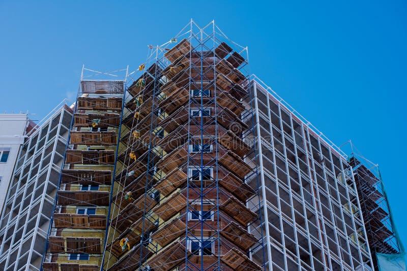 Πολυώροφος οικισμός στο μπλε ουράνιο φόντο στοκ φωτογραφίες με δικαίωμα ελεύθερης χρήσης