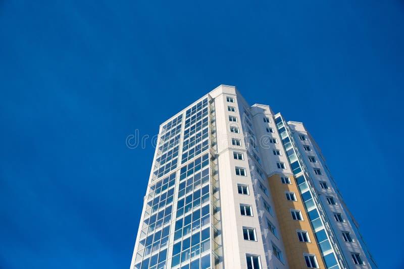 Πολυώροφος οικισμός στο μπλε ουράνιο φόντο στοκ εικόνες