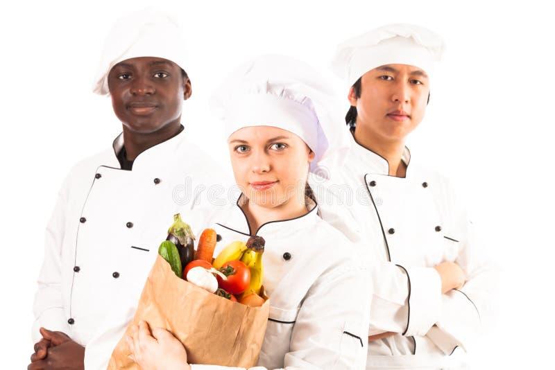 Πολυ-εθνική ομάδα μαγείρων που κρατούν τα παντοπωλεία στοκ φωτογραφία με δικαίωμα ελεύθερης χρήσης