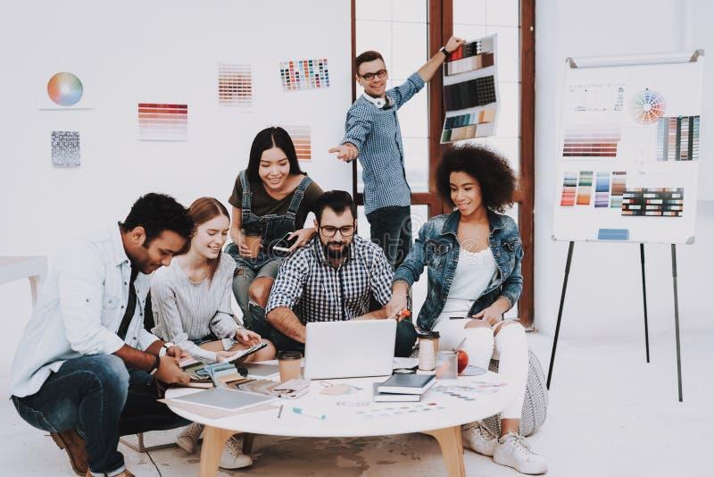 Πολυ-εθνικός πρόγραμμα κοιτάξτε ευτυχές απομονωμένο άτομο ανασκόπησης πέρα από τις νεολαίες λευκών γυναικών ανθρώπων εργασία στοκ φωτογραφία με δικαίωμα ελεύθερης χρήσης