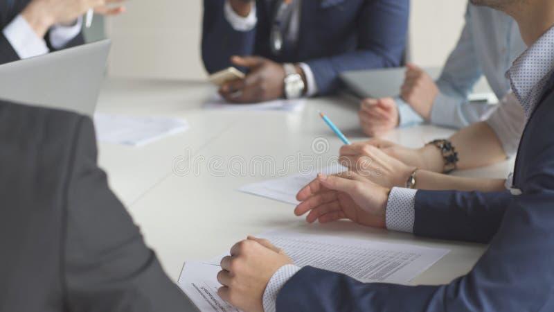 Πολυ-εθνικό 'brainstorming' συνεδρίασης των επιχειρησιακών ομάδων που μοιράζεται τις νέες ιδέες στοκ φωτογραφίες