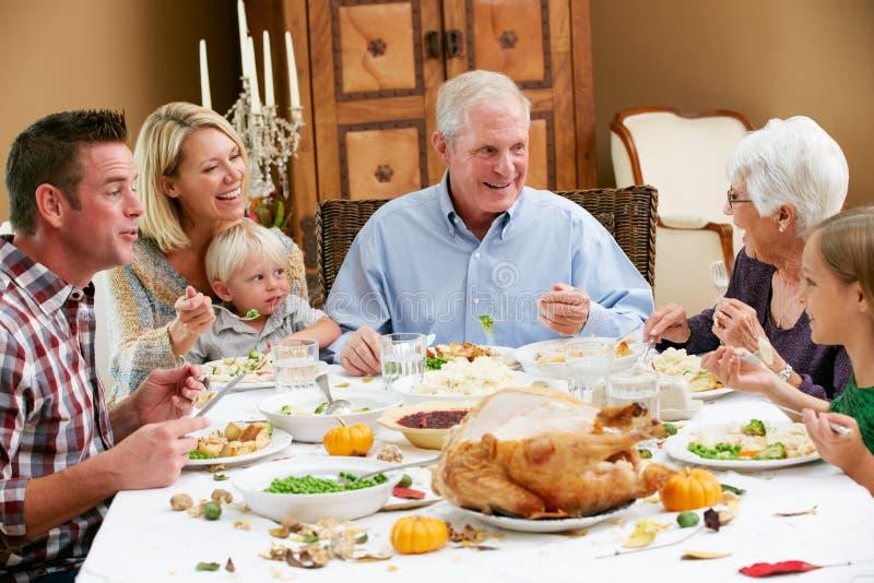 Πολυ ημέρα των ευχαριστιών οικογενειακού εορτασμού παραγωγής στοκ φωτογραφία με δικαίωμα ελεύθερης χρήσης