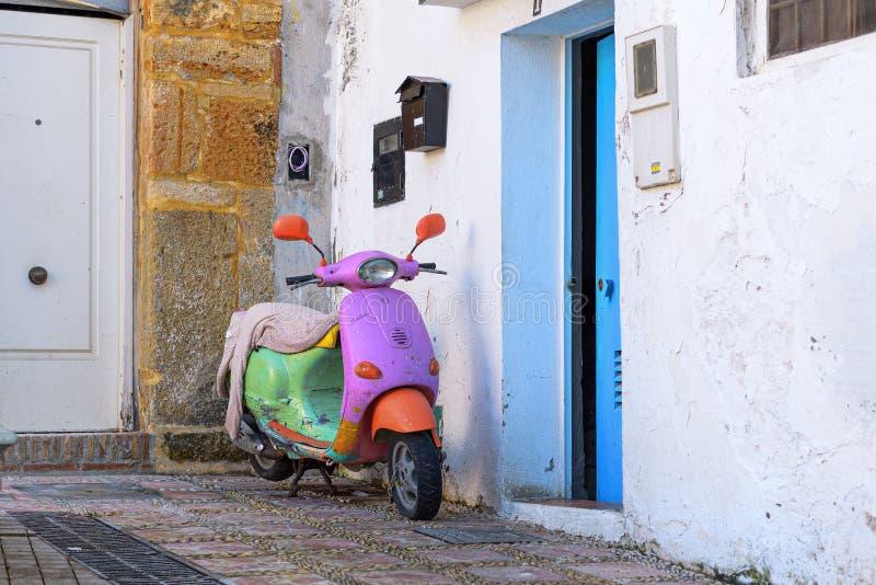 Πολυ μηχανικό δίκυκλο μηχανών χρώματος εκλεκτής ποιότητας στην οδό Marbella της πόλης, Ισπανία στοκ εικόνες με δικαίωμα ελεύθερης χρήσης