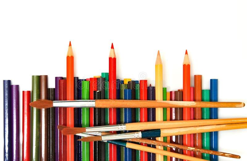 Πολυ μολύβια χρώματος και χρώματα βουρτσών στοκ φωτογραφίες