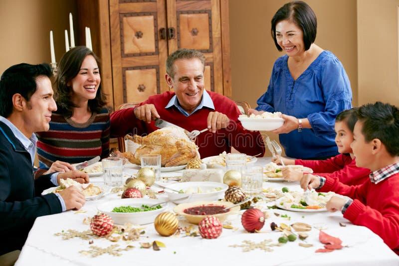 Πολυ οικογένεια παραγωγής που έχει το γεύμα Χριστουγέννων στοκ φωτογραφίες με δικαίωμα ελεύθερης χρήσης