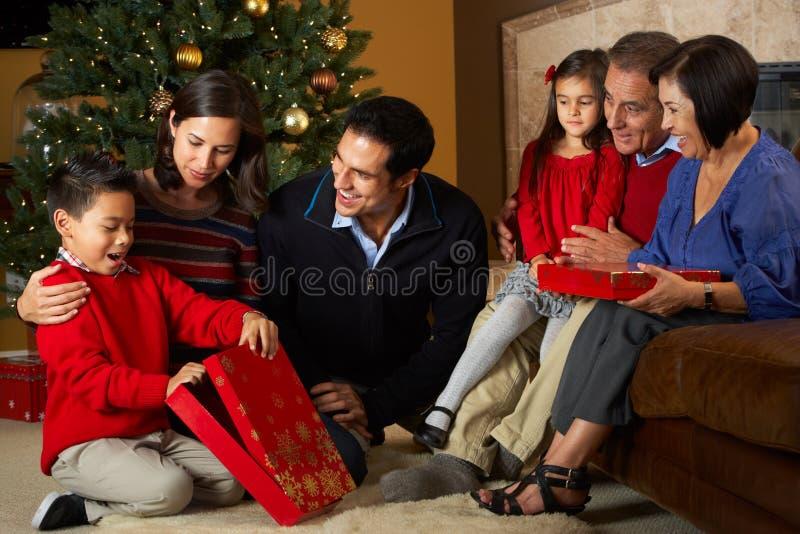 Πολυ οικογενειακά ανοίγοντας χριστουγεννιάτικα δώρα παραγωγής στοκ φωτογραφίες