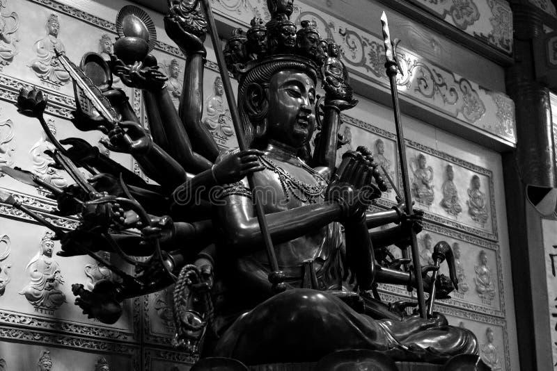 Πολυ οπλισμένο άγαλμα του Βούδα σε γραπτό στοκ φωτογραφία με δικαίωμα ελεύθερης χρήσης