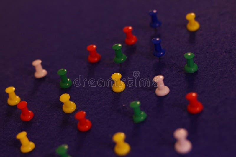 Πολυ στερεωμένες χρώμα καρφίτσες εν πλω στοκ εικόνες με δικαίωμα ελεύθερης χρήσης