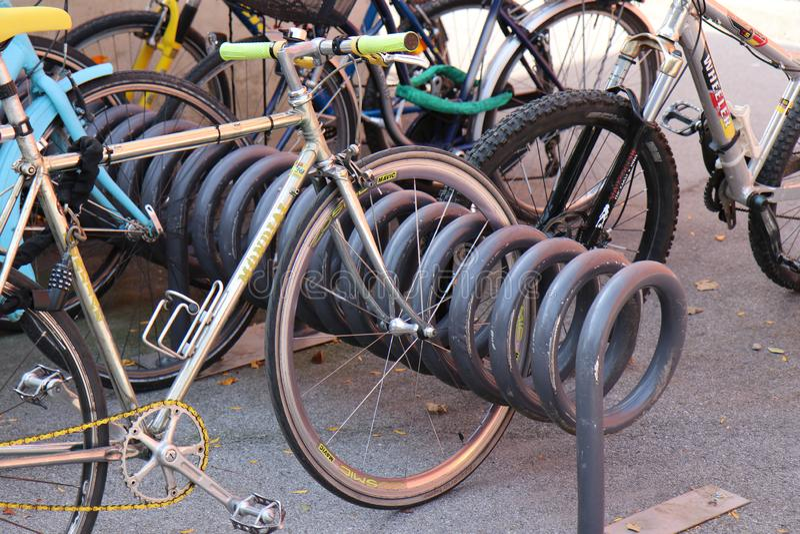 Πολυ σύστημα αποθήκευσης ποδηλάτων επιπέδων μέσα στοκ εικόνα