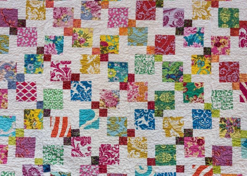 Πολυ χρωματισμένα τετράγωνα παπλωμάτων που διασκορπίζονται πέρα από το λευκό στοκ εικόνες με δικαίωμα ελεύθερης χρήσης