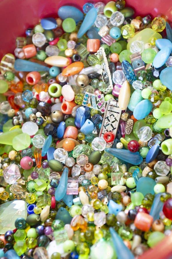 Πολυ χρωματισμένες χάντρες σε ένα κύπελλο στοκ φωτογραφίες